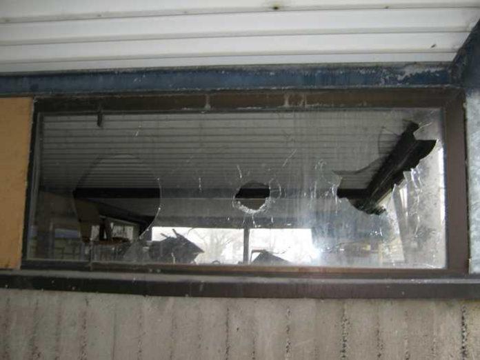 Zerbrochene Fensterscheiben, Symbolbild