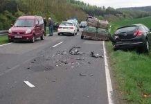 Die Unfallstelle mit den beschädigten Fahrzeugen