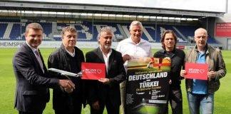 """Gespannt auf das """"SunExpress Spiel der Legenden"""" (v. l.): Jens Bischof (SunExpress), Otto Rehhagel, Erdal Keser, Stefan Blöcher (BRITA-Arena), Wim Vogel und Mario Basler. (Foto: svww.de)"""