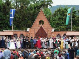 Die Darsteller am Ende des Geißbockfestspiels auf der Bühne (Foto: Holger Knecht)