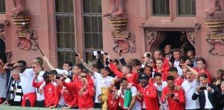 Die Mannschaft im Frankfurter Römer (Foto: Stadt Frankfurt / Stefan Maurer)