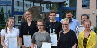 """Landrätin Dorothea Schäfer (4.v.r.) übergibt den Preis """"Junge Talente machen Kunst"""" der Stiftung """"Kultur im Landkreis"""" Mainz-Bingen- Gewonnen hat Lisa Twardochlib (3.v.l.). Den zweiten Platz teilen sich Tilmann Bendel (vertreten durch Fabian Schittho, 4.v.l.) und Annika Nörenberg (2.v.l.). Den dritten Platz belegte Anna Frosch (1.v.l.). Die Jury, bestehend aus Petra Stüber, Tobias Boos und Marcus Gräff (v.l.n.r.), freute sich mit den Gewinnerinnen. (Foto: Kreisverwaltung Mainz-Bingen)"""
