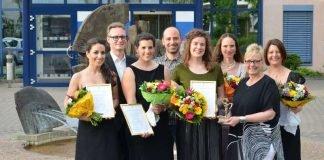 """Landrätin Dorothea Schäfer (2.v.r.) übergibt den Kulturpreis der """"Stiftung Kultur im Landkreis"""" Mainz-Bingenan Friederike Graebsch (4.v.r.). Den zweiten Platz belegt Claudia-Denise Beck (1.v.l.), den dritten Platz teilen sich Regina Dahlen (3.v.r.) und Marina Herrmann (3.v.l.). Den Sonderpreis erhielt Kathrin Saaler (1.v.r.). Mit dabei: der Jury-Sprecher Dr. gernot Blume (2.v.l.) und Juror Roland Bolender (4.v.l.). (Foto: Kreisverwaltung Mainz-Bingen)"""