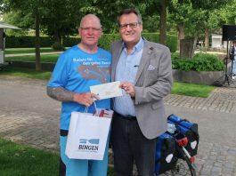 Oberbürgermeister Thomas Feser empfing Benefizradler Oli Trelenberg am Rheinufer. (Foto: Stadt Bingen)