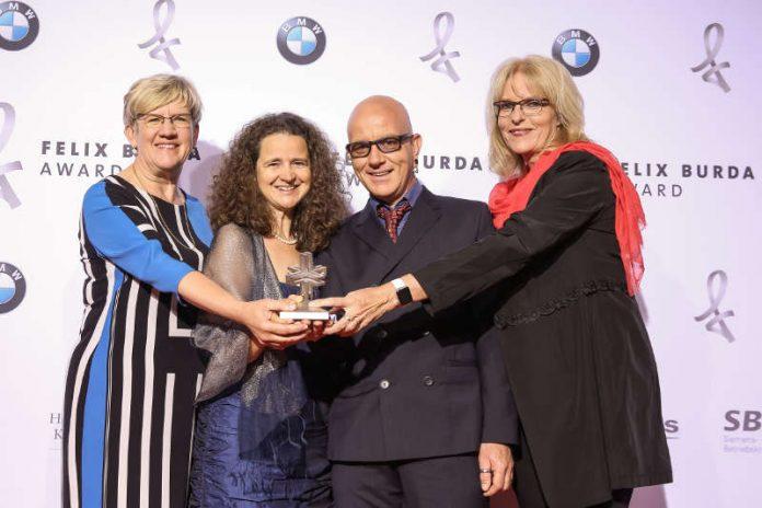 Umweltbürgermeisterin Felicitas Kubala mit dem Felix Burda Award und den Gesundheitskoordinatoren Christina Sandner, Thorsten Weingärtner und Martina Oswald (Foto: BrauerPhotos fuer Felix Burda Stiftung)