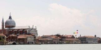Venedig mit Giudecca im Hintergrund. Die Ballons zeigen den Standort der Multihallen-Ausstellung (Quelle: sbca, Bild: Christoph Engel)