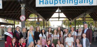 Die Hoheiten aus dem NibelungenLand mit Landrat Christian Engelhardt (rechts) und den Mitarbeiterinnen vom NibelungenLand (links) vor dem Haupteingang des Mannheimer Maimarkts. (Foto: RMH-Fototeam)