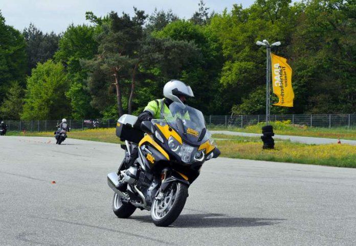 Stauberater Joachim Paul beim ADAC Fahrsicherheitstraining für Motorradfahrer, das vor jeder Saison absolviert werden muss. (Foto: ADAC Nordbaden e.V.)