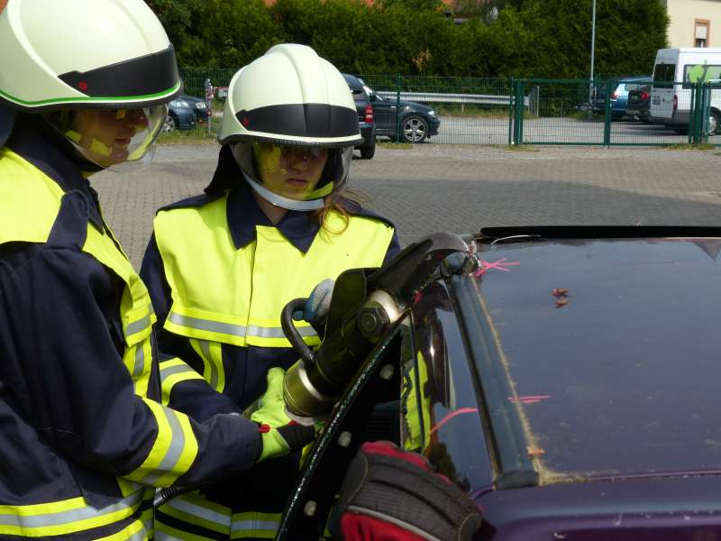 Übung mit hydraulischem Rettungsgerät (Foto: Feuerwehr Neustadt)