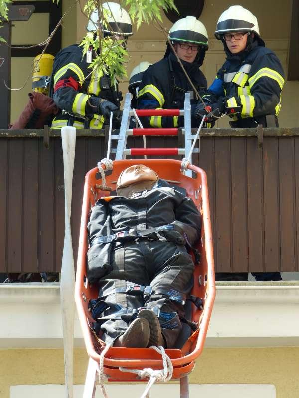 Personenrettung über eine tragbare Leiter (Foto: Feuerwehr Neustadt)