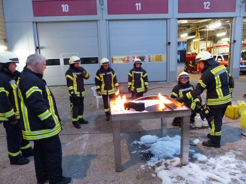 Löschmaßnahmen an einem Schaumsimulator (Foto: Feuerwehr Neustadt)