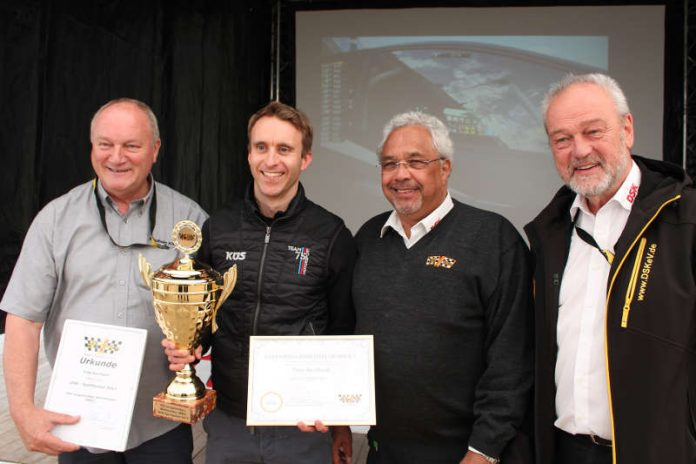 WEC-Weltmeister Timo Bernhard (zweiter von links) wurde vom DSK auf dem Nürburgring mit dem DSK-Sportpokal 2017 geehrt (Foto: Martin Sonnick)