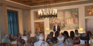 Bürgermeister und Kulturdezernent Dr. Maximilian Ingenthron begrüßte die Besucherinnen und Besucher der Gedenkveranstaltung zur Bücherverbrennung der Nationalsozialisten im Empfangssaal des Landauer Rathauses. (Foto: Stadt Landau in der Pfalz)