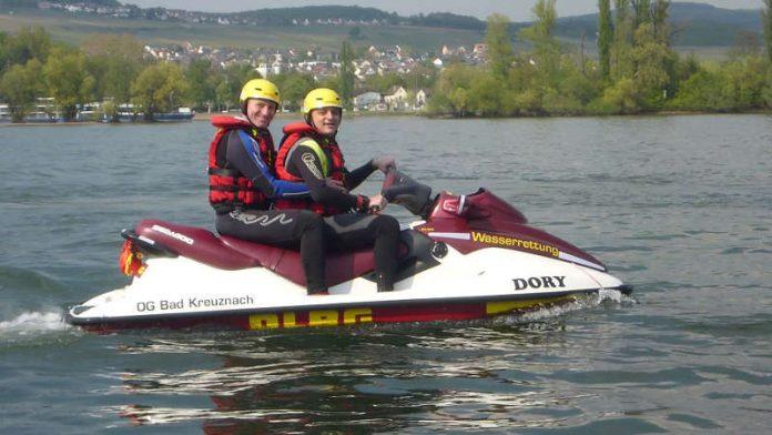 Zwei DLRG-Helfer auf einem Rescue Water Craft (Foto: DLRG Bad Kreuznach)