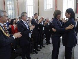 Preisrichterin Maybrit Illner gratuliert Souad Mekhennet (Foto_Maik Reuss (Foto: Maik Reuss)