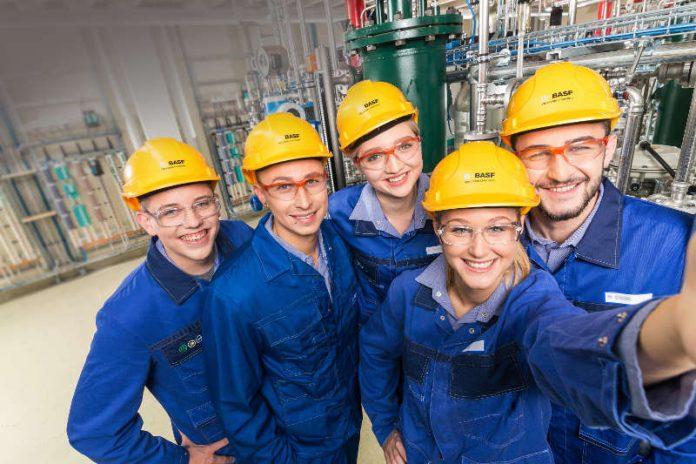 Teil der BASF-Welt werden – Ab Mai können sich Jugendliche für das Ausbildungsjahr 2019 bewerben. Auch für den Ausbildungsstart 2018 sind noch Plätze frei. (Foto: BASF SE)