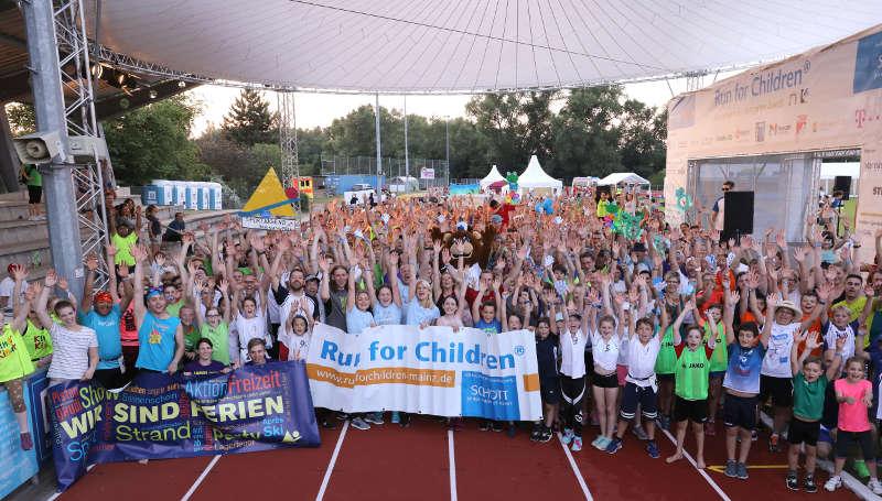 Geschafft aber glücklich nach dem Zieleinlauf: Fast 2.600 Teilnehmer erliefen eine Spendensumme von 115.000 Euro. (Foto: SCHOTT / Alexander Sell)