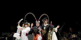 """""""Der gute Mensch von Sezuan"""" (Schauspiel) mit Blanka Mészáros, István Dankó, Béla Mészáros als Götter (Foto: Sebastian Bühler)"""