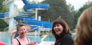 OB Jutta Steinruck begrüßt die ersten Gäste und eröffnet die Freibadsaison