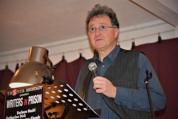 """Michael Landgraf als Moderator einer Veranstaltung """"Writers in Prison"""", März 2018."""