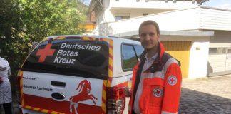 Bereitschaftsleiter Christian Astor mit dem neuen Geländewagen (Foto: DRK)