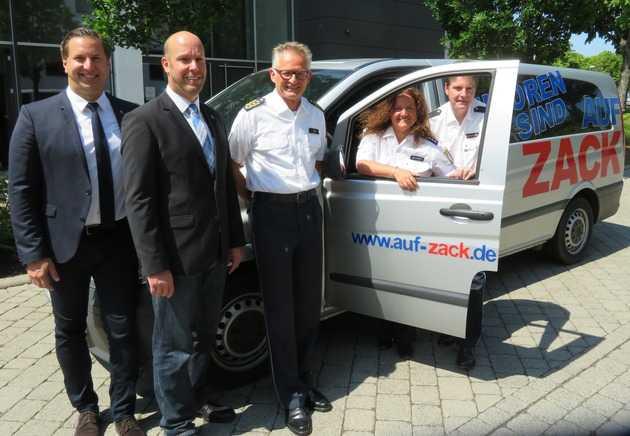 Polizeipräsident Günther Voß (Bildmitte) mit seiner Mitarbeiterin Conny Jehnert (2. von rechts) und seinen Mitarbeitern Daniel Muth, Christian Stahl und Rainer Knacker (von links)