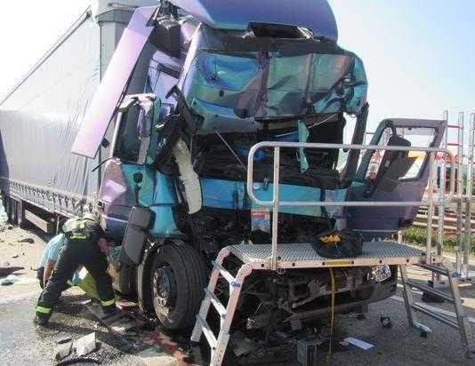 Lebensgefährliche Verletzungen zog sich der Fahrer dieses LKW zu