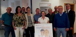 Mehrere Sicherheitsberater für Senioren und Rüdiger Fritz (rechts), Petra Dietl (zweite v.l.), Angelika Nailor (Geschäftsführerin Ehrenamt Gießen; hinter dem Kundenstopper) und Claudia Zanke (4. v.l.).