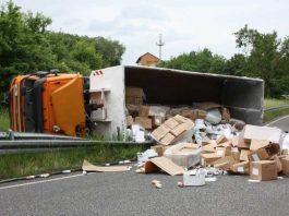 Das Foto zeigt den umgestürzten LKW im Abfahrtsbereich