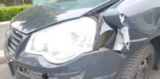 Das Foto zeigt den zurückgelassenen unfallbeschädigten VW Polo.
