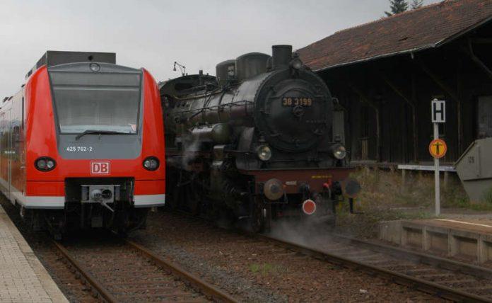 Moderne S-Bahn neben historischer Dampfeisenbahn (Foto: Stadt Sinsheim)