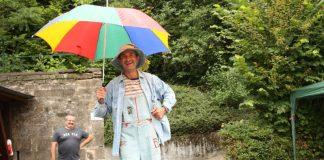 """Roland Schleihauf, Leiter des Festkomitees, wird auch in diesem Jahr beim Sommerfest des GRN-Betreuungszentrums Sinsheim wieder seinen """"Nebenberufen"""" als Zauberer und Stelzenläufer nachgehen. (Foto: GRN)"""