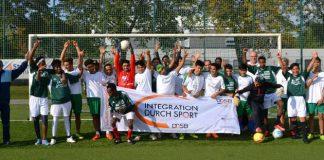 Die Flüchtlingsmannschaft der DJK aus 2016 nach einem Spiel gegen die 2. Mannschaft der DJK (Foto: Landessportbund Rheinland-Pfalz e.V.)