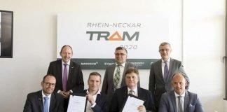 """Die Rhein-Neckar-Verkehr GmbH (rnv) und Škoda Transportation unterzeichneten am heutigen Mittwoch, 20. Juni, im Beisein von Vertretern des rnv-Aufsichtsrates und der Gesellschafterversammlung einen Vertrag über die Lieferung von zunächst 80 Straßenbahnen für das Verkehrsgebiet der rnv in der Metropolregion Rhein-Neckar. Škoda Transportation erhielt diesen Zuschlag nach einem europaweiten Ausschreibungsverfahren. Nach derzeitigen Planungen sollen die ersten Bahnen im Jahr 2021 an die rnv geliefert werden. """"Wir wachsen für die Zukunft und unternehmen deshalb mit dem Projekt Rhein-Neckar-Tram 2020 und der Auftragsvergabe an Škoda Transportation einen Quantensprung für die weitere Entwicklung des ÖPNV in der Region. Ein leistungsfähiger und attraktiver Schienennahverkehr ist von existenzieller Bedeutung, da wir die Lebensqualität in unseren Städten nachhaltig sichern wollen. Dazu braucht es eine starke Fahrzeugflotte"""", so Martin in der Beek, Technischer Geschäftsführer der rnv. """"Wir werden mit der Rhein-Neckar-Tram 2020 leistungsfähiger und kundenfreundlicher. Unsere Fahrgäste werden höheren Fahrkomfort, einen stabileren Betrieb erleben und zeitgemäße Informationssysteme im Fahrzeug nutzen können"""", fügt in der Beek hinzu. """"Unser Ziel ist es, dass die ersten Fahrzeuge bereits 2021 auf Strecke gehen, nachdem eine intensive Test- und Abnahmephase abgeschlossen ist"""". Zusätzlich zur Festbestellung von 80 Fahrzeugen beinhaltet der Vertrag mit Skoda zudem die Option für die Lieferung von bis zu 34 weiteren Fahrzeugen. Um den Auftrag, für den die rnv sowohl qualitative als auch wirtschaftliche Kriterien vorgab, bewarben sich in einer Europaweiten Ausschreibung zahlreiche Unternehmen. Von diesen lieferte Škoda das in allen Wertungskriterien überzeugendste Angebot. """"Wir setzen mit Škoda auf einen Lieferanten, der ein innovatives, aber gleichzeitig auch ausgereiftes Produkt im Angebot hat. Und auch bei der Finanzierung setzten wir auf starke Partner"""", ergänzt Christian Volz, der K"""