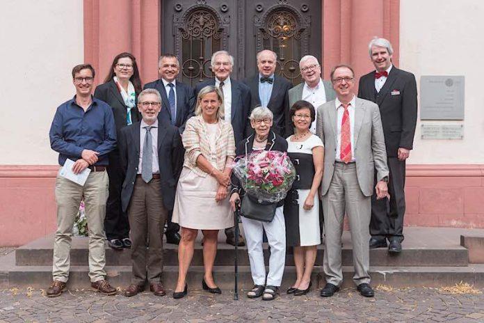 Prof. Dr. Annette Grüters-Kieslich (vordere Reihe, 3. von links) und Edgar Reisch (hintere Reihe, 2. von links) vom Vorstand des Universitätsklinikums Heidelberg gedachten gemeinsam mit Festrednern, Kollegen und Weggefährten des großen Mediziners Prof. Dr. Horst Bickel. Ins Leben gerufen wurde die Veranstaltung von Prof. Dr. Georg Hoffmann (vordere Reihe, 2. von rechts), dem Ärztlichen Direktor des Zentrums für Kinder- und Jugendmedizin. Blumen gab es für Dr. Ursula Wachtel, einer Weggefährtin von Horst Bickel, die mit ihm gemeinsam die Diät zur Behandlung der Phenylketonurie entwickelte. (Foto: Universitätsklinikum Heidelberg)