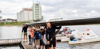 Weltmeister Max Lemke und Trainingspartner Björn Barthel (beide WSV Sandhofen) stemmen das lange Vierer-Kajak gemeinsam mit den begeisterten KinderHelden Kindern. (Foto: Team Tokio Metropolregion Rhein-Neckar)