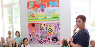 Sabine Cornils erläutert den Besucherinnen und Besuchern der Vernissage die kunstvoll gestalteten Werke. (Foto: Simone Stier )