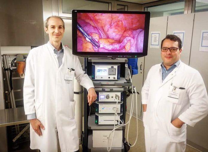 Dr. med. Jens Jonescheit (links), Chefarzt Allgemein- und Viszeralchirurgie und Richard Becker (rechts), Oberarzt Allgemein- und Viszeralchirurgie. (Foto: Heilig-Geist Hospital Bensheim)