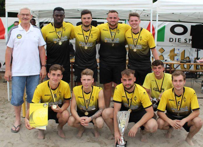 SWFV-Vizepräsident Jürgen Veth mit den Siegern des 4. SWFV Beachsoccer-Cup, BSC Oppau (Foto: SWFV)