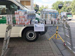 Am Ende zählten die Zöllner 75 Stangen Schmuggelzigaretten, versteckt in Chipstüten und Kindersocken. (Foto: Hauptzollamt Ulm)