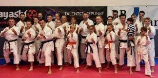 Kenichi Sato (stehend mit seinem Kind) und Athleten im Talentstützpunkt (Foto: BCRN)