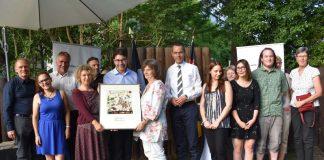 Grund zum Feiern: Die Stadtspitze gemeinsam mit Mitgliedern des Trägervereins der Kinder- und Jugendfarm bei der Verleihung des Ehrenamtspreises der Stadt Landau. (Foto: Stadt Landau in der Pfalz)