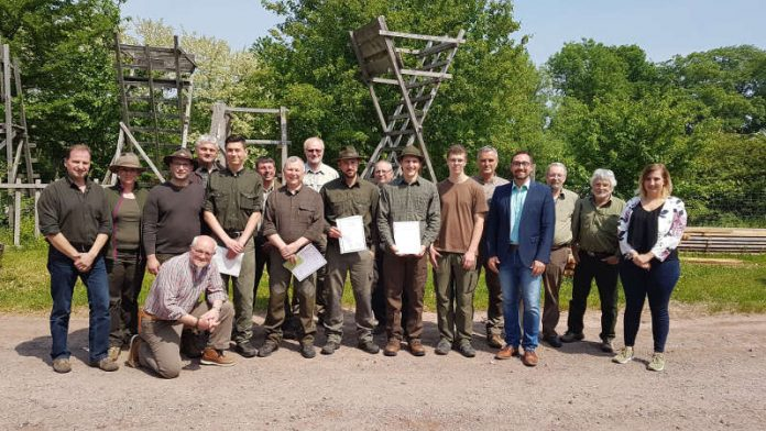 Die Prüfungsausschussmitglieder und Ausbildungsleiter freuen sich gemeinsam mit den Prüflingen über die bestandenen Prüfungen. (Foto: Kreisverwaltung Germersheim)