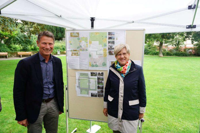 Bürgermeisterin Felicitas Kubala und Fachbereichsleiter Grünflächen und Umwelt Markus Roeingh vor den Plänen zur Umgestaltung des Lameygartens (Foto: Stadt Mannheim)