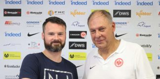 Stefan von Martinez mit Ottmar Ulrich, Abteilungsleiter Fußball (v.l.) (Foto: Eintracht Frankfurt)