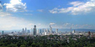 Blick auf die Skyline vom Stadtwald aus (Foto: Stadt Frankfurt)