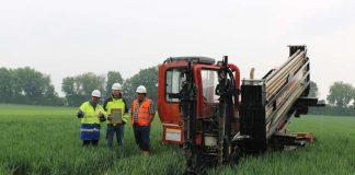 Thomas Waldmann (links), Netzplaner im Regionalzentrum Rhein-Nahe-Hunsrück bei Westnetz und die Kollegen der Firma Lang und des Ingenieurbüros IGB, besprechen das weitere Vorgehen auf der Baustelle an der A63. (Foto: Westnetz GmbH)