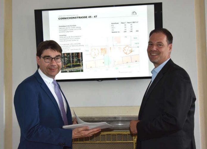 Im Frühjahr kommenden Jahres will das Gebäudemanagement der Stadt Landau (GML) mit dem Bau neuer Wohnungen beginnen. Darüber informieren jetzt Oberbürgermeister Thomas Hirsch (l.) und GML-Werkleiter Michael Götz. (Foto: Stadt Landau in der Pfalz)