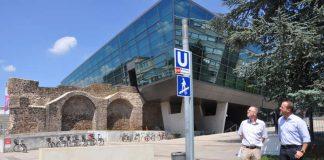 Die TU Darmstadt und das darmstadtium haben gemeinsam mit dem Künstler das Schild neu errichtet. (Foto: darmstadtium)