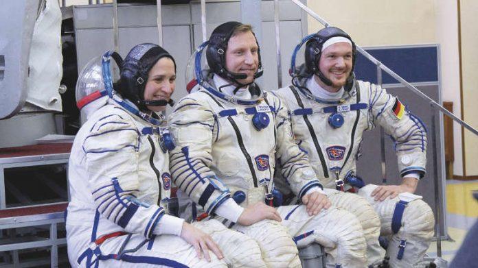 Der deutsche ESA-Astronaut Alexander Gerst (r.) sowie NASA-Astronautin Serena Maria Aunon-Chancellor und der russische Kosmonaut Sergej Prokopyev sind bereit für den Beginn der horizons-Mission. (Quelle: DLR CC-BY 3.0)